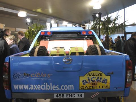 Carole Montillet se voit remettre officiellement les clés du 4X4 AXECIBLES